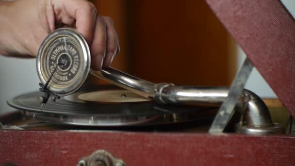 Vintage lemezjátszó - játszik vinil-rekordok - emlékek a régmúltban