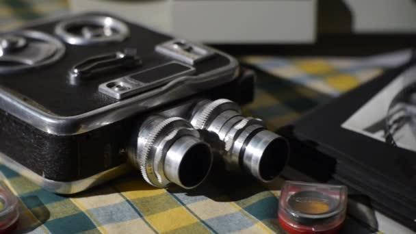 Retro 8 Mm filmu kamera - filmové zařízení - filmový pás - historické rodinné fotoalbum