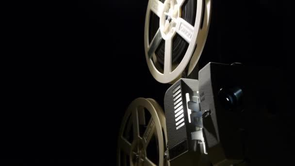 Prvotřídní filmový projektor - staré projektor zobrazující film