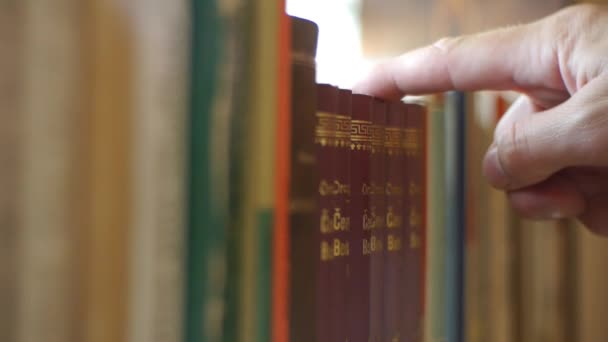 Police s knihami - vytáhl knihu z knihovny