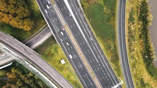 Légi kilátás egy infrastruktúra autópálya, autók megy át rajta vezetés