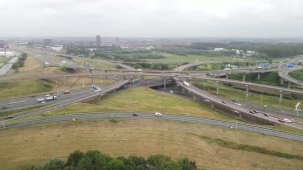 Haag, 1. července 2021, Nizozemsko. Prins Claus Plein křižovatka dálniční infrastruktury podél dálnice A4.