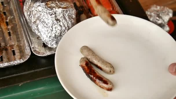 Sloužit Grilovaná bílá klobása nebo klobásy, maso grilované na horký plyn kamenný gril
