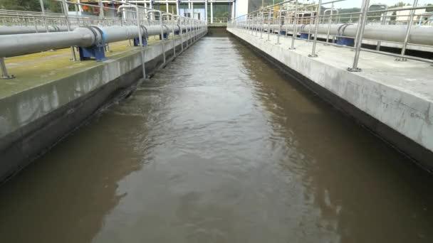 Die Abwasserdispergierung wird belüftet, um schwerere Schlämme am Boden zu trennen. Der erste Sedimentationsschritt in der Kläranlage.