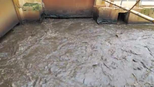 Schlammtor. Verwirbelung des Siedlungsschlamms im Becken, um die Vergärung abzuschließen. Das Abwasser wird gemischt und verbleibendes Methan entweicht.