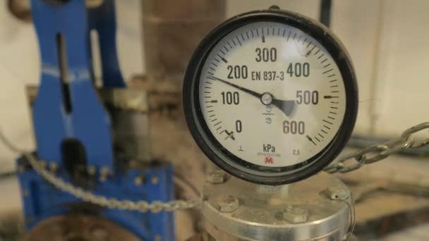 Druckschwankungen. Fertigung und Messung in der Industrie. Kreis-Edelstahl-Hochdruckmessgerät oder Messmanometer, das Vibrationen im Transportrohr anzeigt.