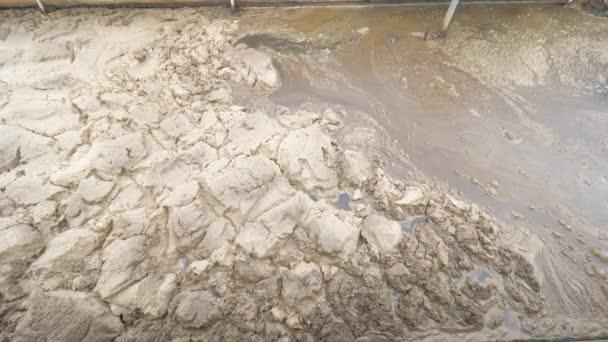 Klebriger brauner Schaum auf Gülleoberfläche. Kläranlage unter der Stadt klärt alle Abwässer, bevor sie in den Fluss eingeleitet werden.