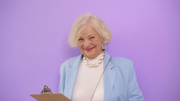 Attraktive Geschäftsfrau reifer Jahre lächelt isoliert in die Kamera