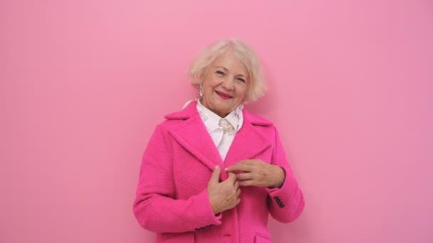 Glücklicher, positiver Rentner, der Spaß beim Fotoshooting hat, im Studio vor der Kamera flirtet