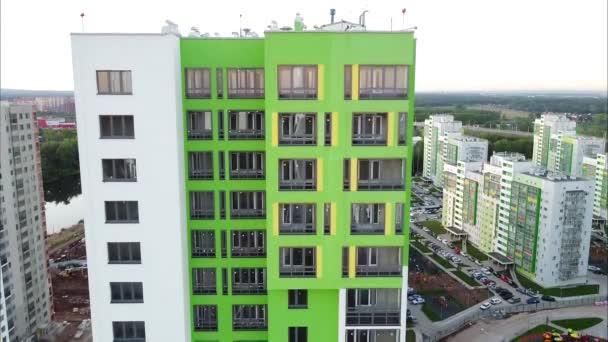 moderní bytové domy s pestrobarevnými fasádami, nová světlá čtvrť pro obyvatele měst, pohled z ptačí perspektivy