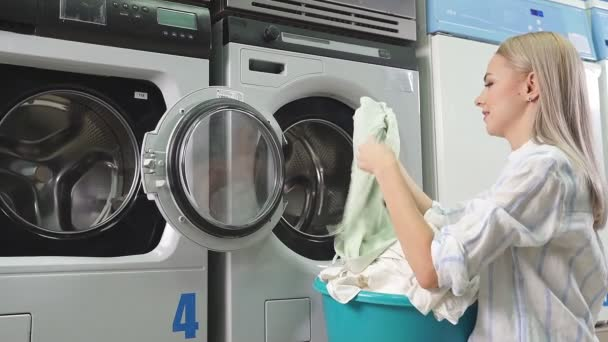 Wäscheservice in der öffentlichen Wäscherei. Eine attraktive Frau kam in die Waschküche, um Wäsche zu waschen, ein bezahlter Service