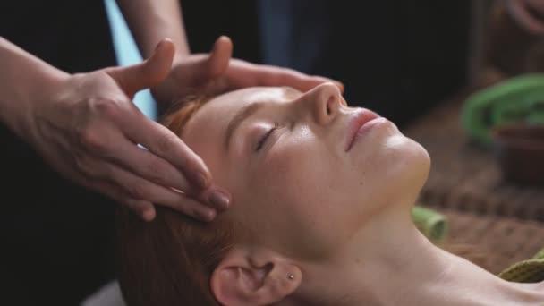 Detailní záběr ženy na masáže obličeje a lázeňské procedury v luxusním wellness centru