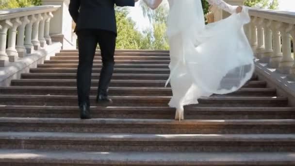 Nevěsta a ženich se kamenné schody