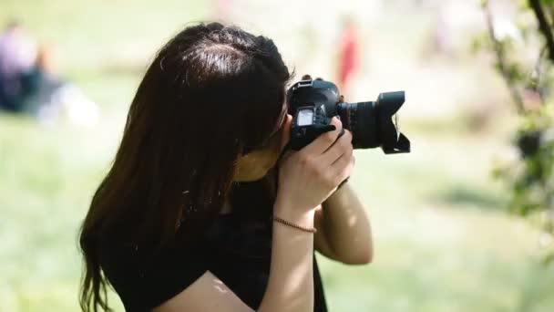 Fotograf arbeitet mit Outdoor-Modell