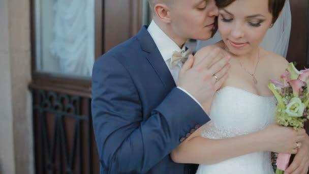 Nevěsta a ženich představují pro venkovní fotograf