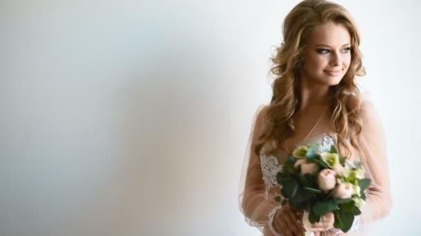 Schöne Braut posiert neben dem Fenster