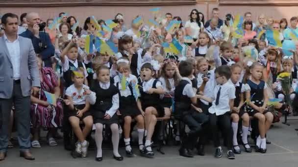 Dněpr, Ukrajina - 1. září 2015: Ukrajinské děti školu. Oslava první zvonění