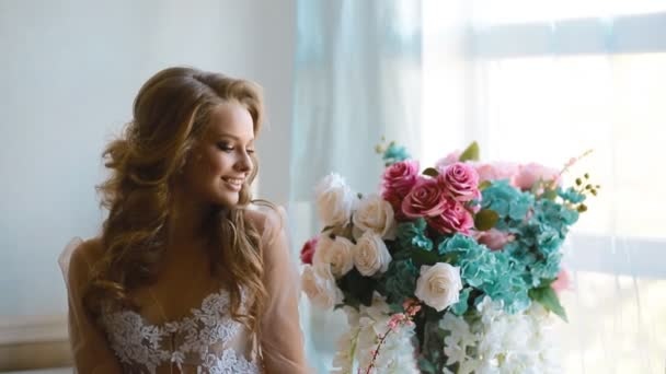 Krásná nevěsta pózuje u okna