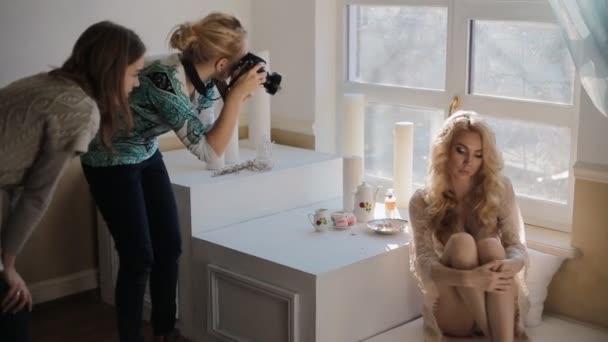 Model posiert für Fotograf im Studio