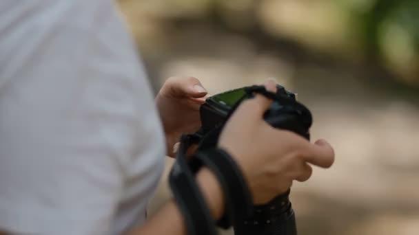 Fotograf držet Dslr fotoaparát v ruce