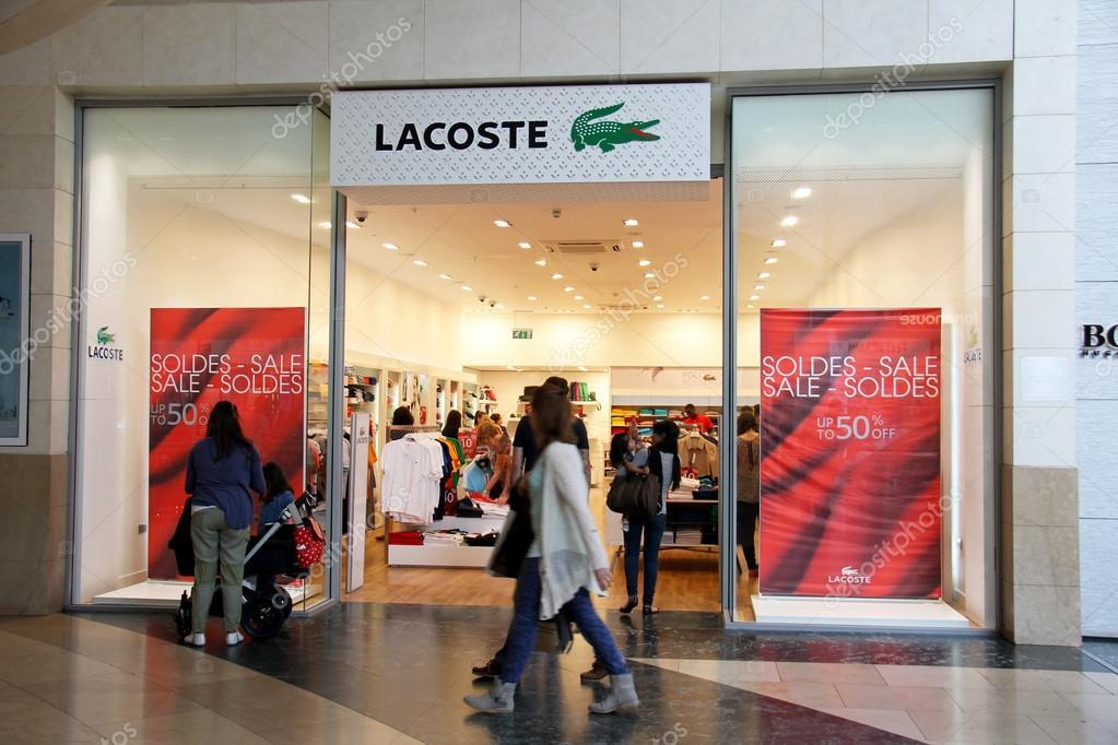 Лондон, Англия - 12 июля 2014  вход Lacoste хранит в торговом центре  открытого моря в Англии. Фото  лакоста обувь — фото автора Murdocksimages —  Фото автора ... bd34192c257