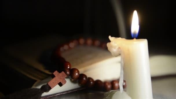 Bougie Qui Brule Sur Le Fond Du Livre Saint Et Une Croix