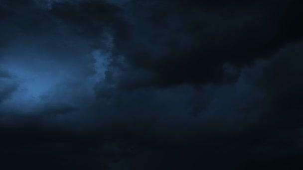 Bouřky mraky v noci s bleskem. HD 1080