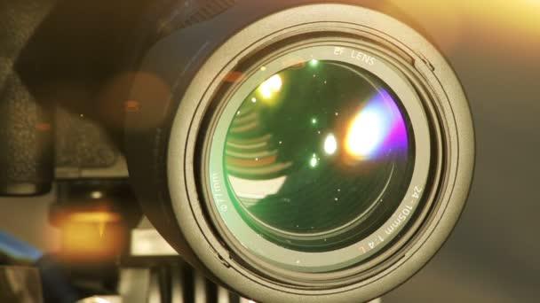 Fackeln auf der Linse. Nahaufnahme einer professionellen Kamera. 1080.