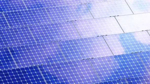 Krásná animace na solární panely odrážející mraky. 4k