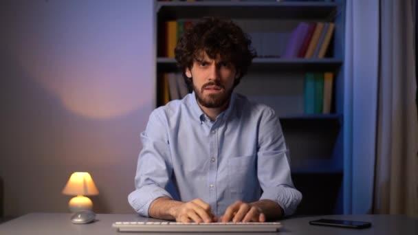 POV-Aufnahme eines wütenden Mannes, der die drahtlose Tastatur während der Arbeit am Computer im Home Office vom Tisch wirft