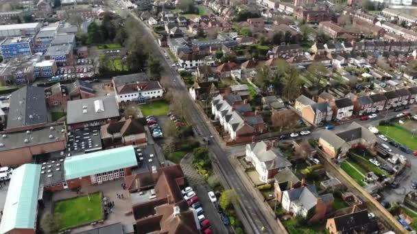 Luftaufnahmen der britischen Stadt Aylesbury, die in der Nähe von Oxford und London liegt, zeigen Häuser, Häuserzeilen, Geschäfte und den Verkehr auf den Straßen.