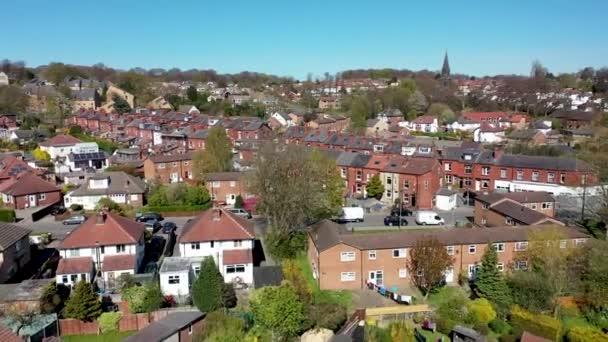 Luftaufnahmen der britischen Stadt Meanwood in Leeds West Yorkshire zeigen typische britische Wohnsiedlungen und Häuserzeilen von oben im Frühling an einem sonnigen Tag
