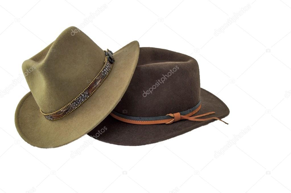 Sertão dois estilo chapéus uma verde e outra marrom isolado no branco com  banda de chapéu pena um com hatband de couro azul e laranja — Fotografia  por ... 176dc7f3b98