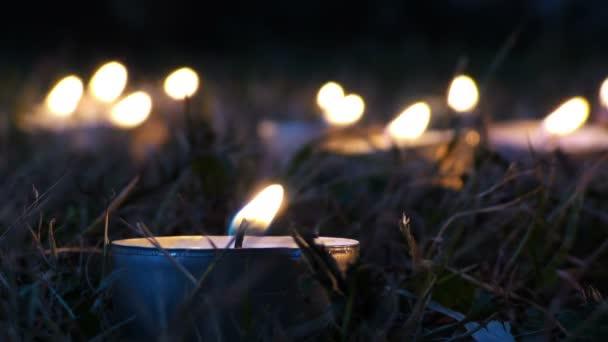 Svíčky na trávě v noci
