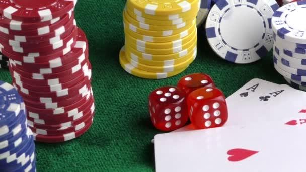 Gioco dazzardo dadi rossi Poker carte e fiches in denaro