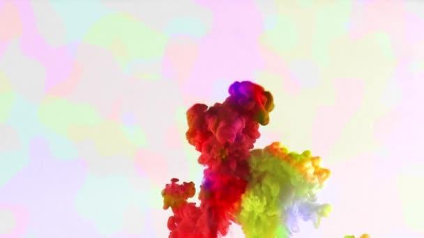 Pestré barvy inkoustu klesne Splash pod vodou v bazénu vodou