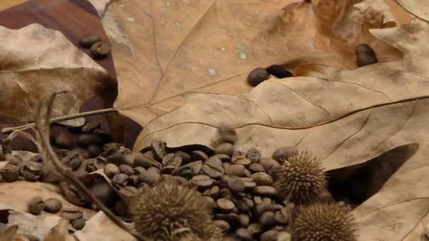 Pražená káva a suché listí