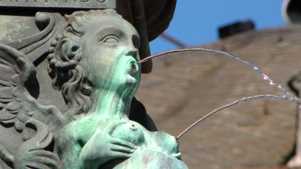 Kút és az ősi szobor Frankfurtban