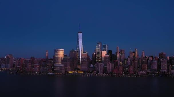 Panorama Dolního Manhattanu, New York City za večerního soumraku. Letecký pohled. USA
