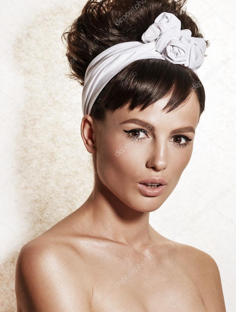 Retrato De Elegante Mujer Con Maquillaje Y Peinado Retro Foto De
