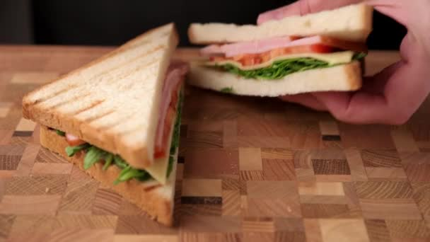 A nő leharap egy szendvicset és az asztalra teszi.