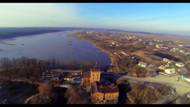 Vista aerea del castello nel fiume