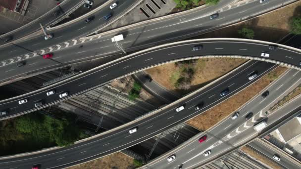 Krásný areál pohled na obrovskou křižovatku s mnoha auty, zpomalení
