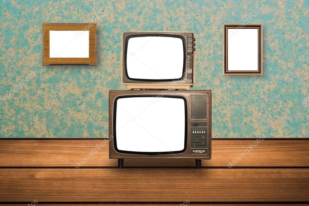 Tv In Vloer : Oude tv op houten vloer en foto frames op muur u2014 stockfoto © embasy