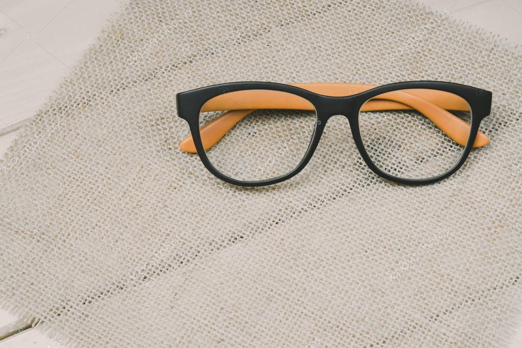 Brille mit schwarzem Rahmen Mode auf Holz Hintergrund — Stockfoto ...