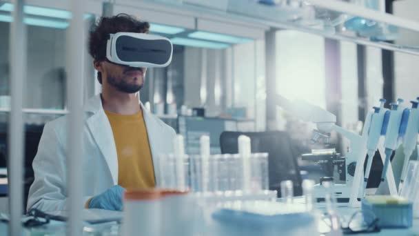 Junger Wissenschaftler nutzt VR-Headset, das im Labor arbeitet