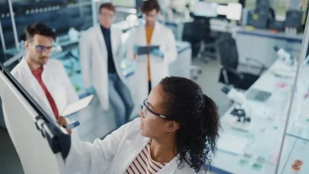 Fiatal tudósok csoportja találkozó a laboratóriumban