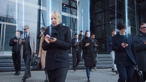 Menschenmassen auf der Straße senden Graphiksignal von Smartpho
