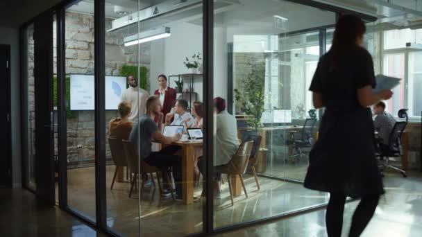 Velký zaneprázdněný moderní kancelářský obchodní tým setkání