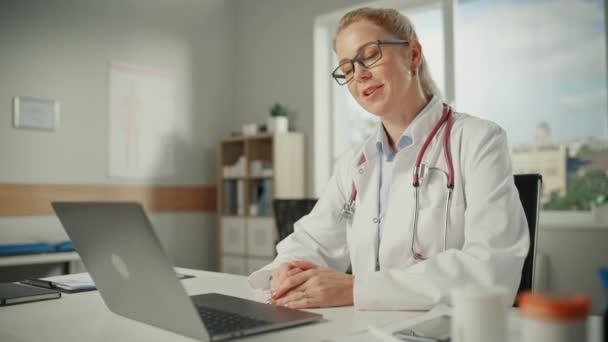 Arzt im Büro nimmt Videoanruf entgegen
